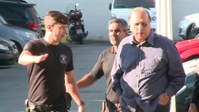 Pezão chega escoltado pela PF à sede da superintendência, na Praça Mauá — Foto: Yuri Apoena/TV Globo