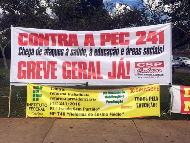 Faixas colocadas por manifestantes contra a PEC dos gastos públicos em frente a anexo da Câmara, em Brasília, nesta segunda-feira (10) (Foto: Mateus Vidigal/G1)