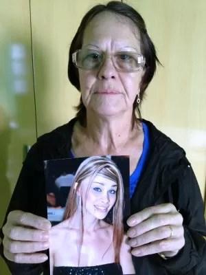 Marli Medeiros mostra foto da sobrinha Jheniffer, que está presa em Cairo (Foto: Roberta Salinet/RBS TV)
