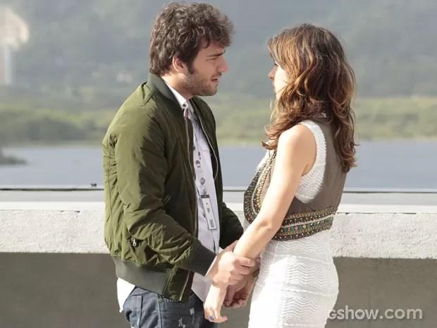 Davi descobre mentira de Manu e briga com amada no terraço da Marra (Foto: Felipe Monteiro/TV Globo)