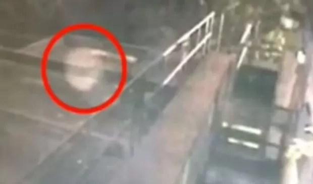 Dono de bar afirma que câmera de segurança flagrou fantasma na Inglaterra (Foto: Reprodução/YouTube/TopViral)