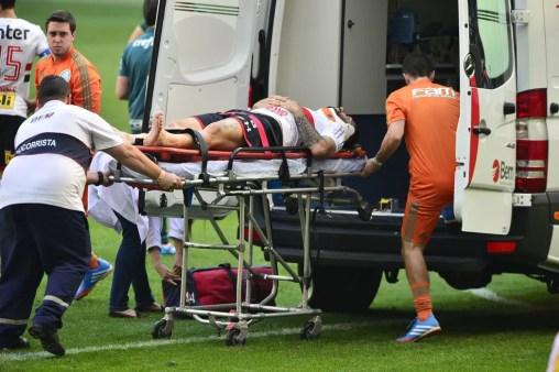 Lucas Pratto se machucou no primeiro tempo do clássico contra o Palmeiras (Foto: Marcos Ribolli)