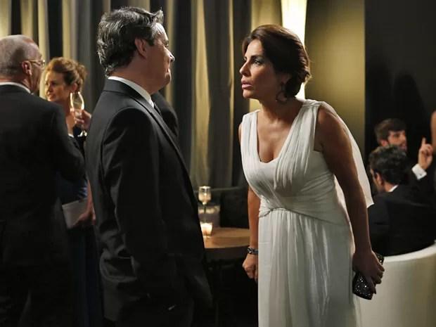 Beatriz fica indignada ao ver Evandro acompanhado de Alice (Foto: Ellen Soares / Gshow)
