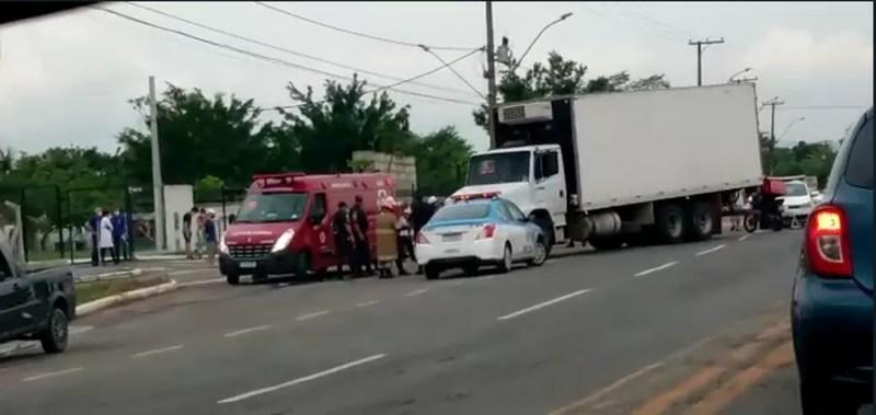 Homem fica ferido após acidente entre moto e caminhão em Resende — Foto: Reprodução/Redes Sociais