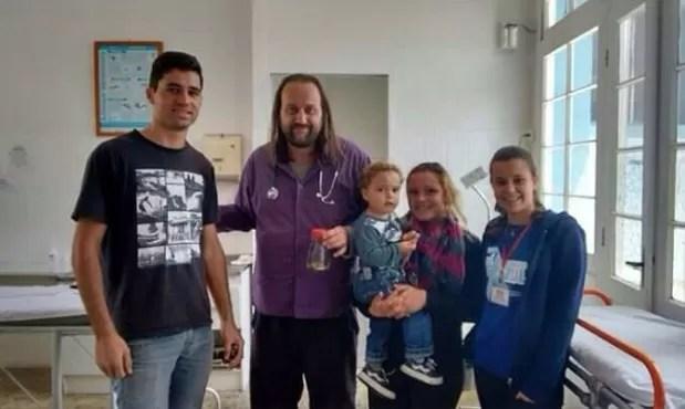 Família fotografa com médico e enfermeira que atenderam Lorenzo (Foto: Patrícia Martins/Arquivo Pessoal)