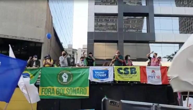 Carro de som com faixas do PSDB, entre outros partidos, em protesto contra o governo Bolsonaro na Avenida Paulista neste sábado (24) — Foto: Marina Pinhoni/G1