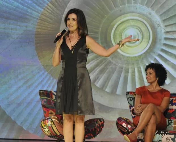 Apresentadora explica para os jornalistas como vai circular no palco para conversar com com seus convidados (Foto: Divulgação/ TV Globo)