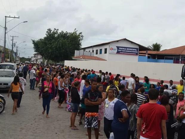 Atendimentos de clínica geral atraíram centenas de pessoas a consultórios adaptados em escola municipal do bairro Campinho, em Santa Cruz Cabrália, BA (Foto: Rodolfo Tiengo/G1)