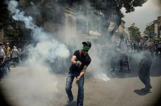 Manifestante entra em confronto com a polícia durante protesto contra o presidente Nicolás Maduro (Foto: Federico Parra / AFP)
