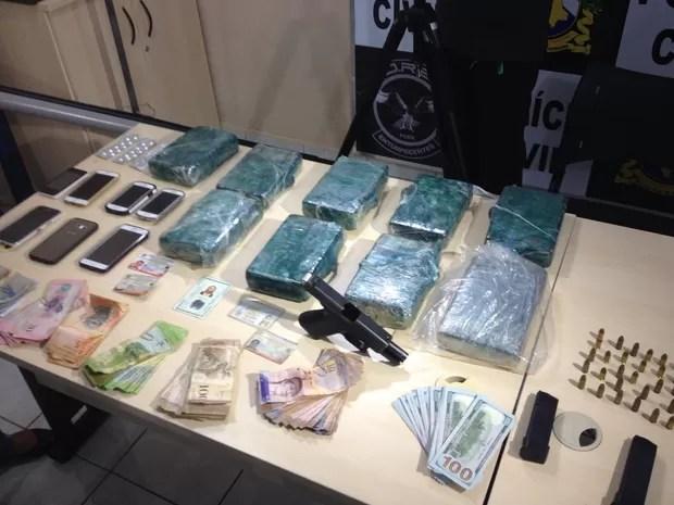 Além da droga foram apreendidos celulares, arma, medicamento e dinheiro  (Foto: Jackson Félix/ G1 RR)