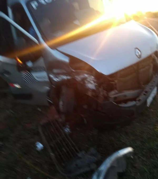 Ambulância que transportava três pacientes foi atingida por viatura da polícia em rodovia  (Foto: Arquivo pessoal)