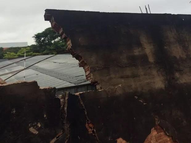 Parte de muro desabou na zona norte de Rio Preto (Foto: Graciela Andrade/TV Tem)