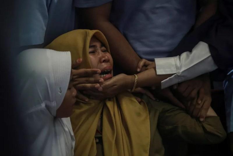 Parentes de passageiros que estavam no avião da Lion Air que caiu na Indonésia choram no aeroporto de Pangkal Pinang, em 27 de outubro — Foto: Antara Foto/Hadi Sutrisno via Reuters