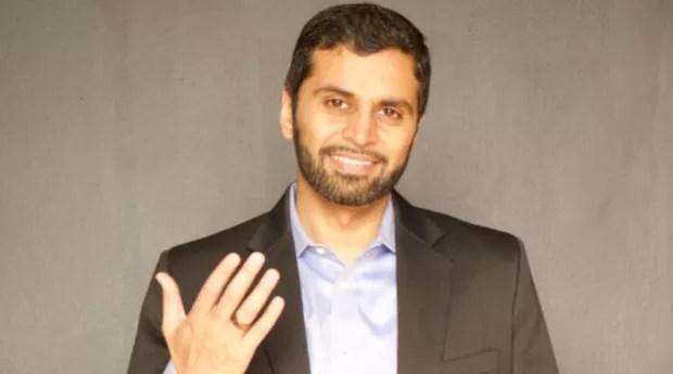 O CEO da Motiv, Tejash Unadkat, usando o produto de sua empresa (Foto: Divulgação/Motiv)