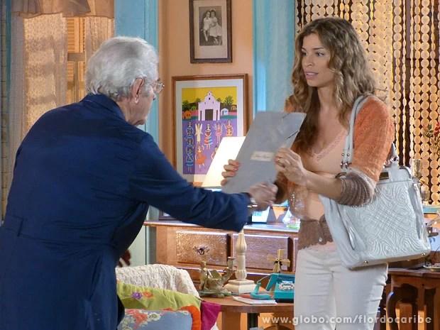 Ester mostra a Samuel documentos que encontrou no escritório de Dionísio (Foto: Flor do Caribe / TV Globo)