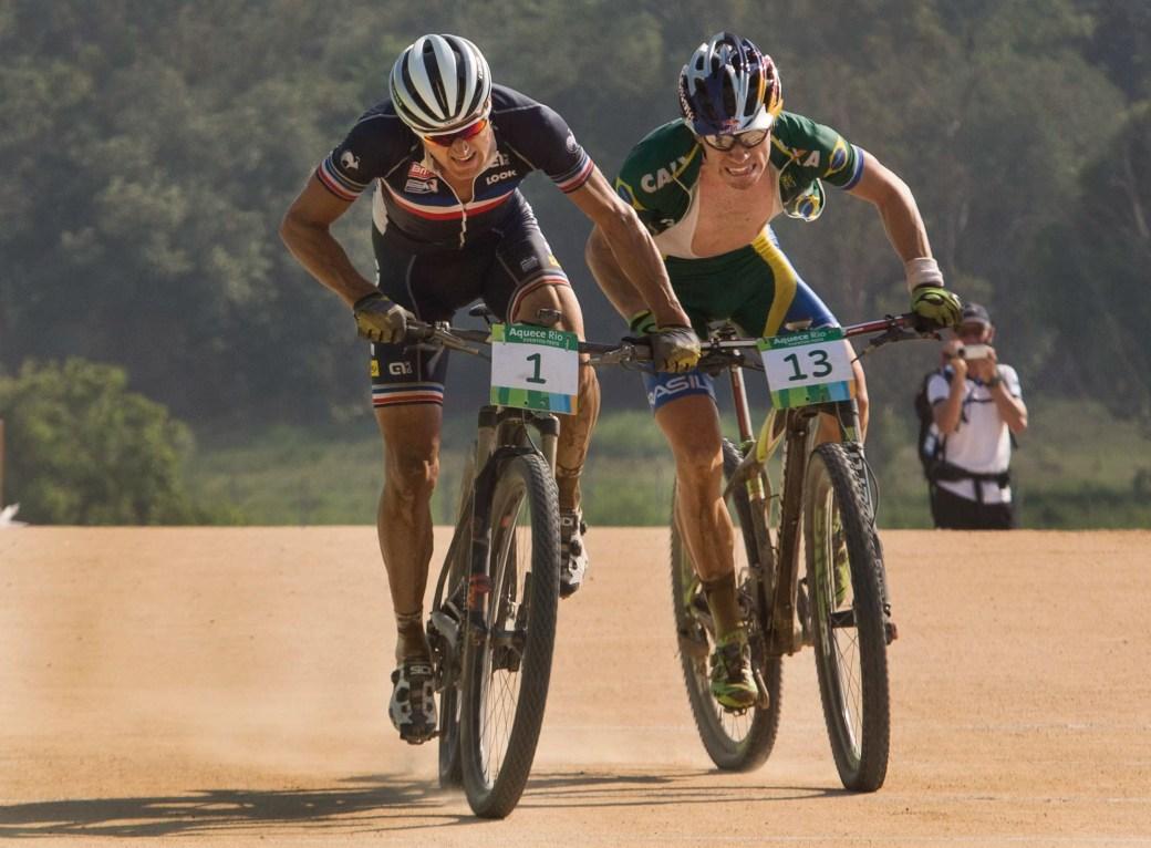 O brasileiro Henrique Avancini (13) e o francês Julien Absalon no sprint: roda a roda