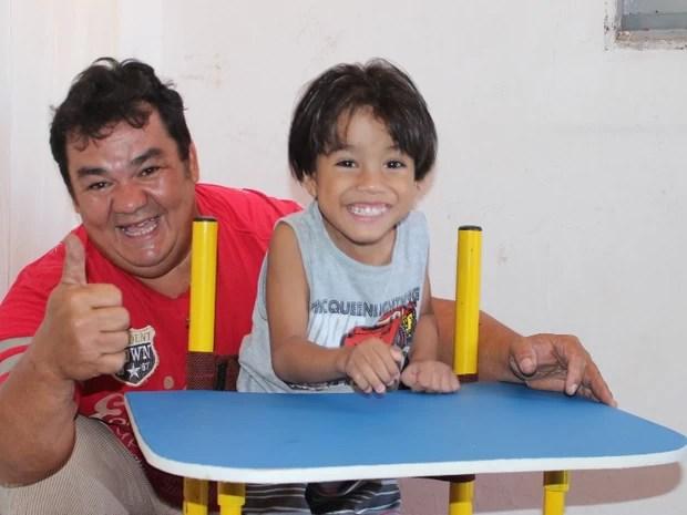 Marcos Davi e o filho Rafael Jeferson, de 5 anos, em um parapódio construído pelo pai (Foto: Gil Oliveira/ G1)