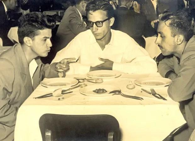 Ao centro, Eliseu Alves com colegas da Universidade Federal de Viçosa, em 1957 (Foto: Arquivo pessoal)