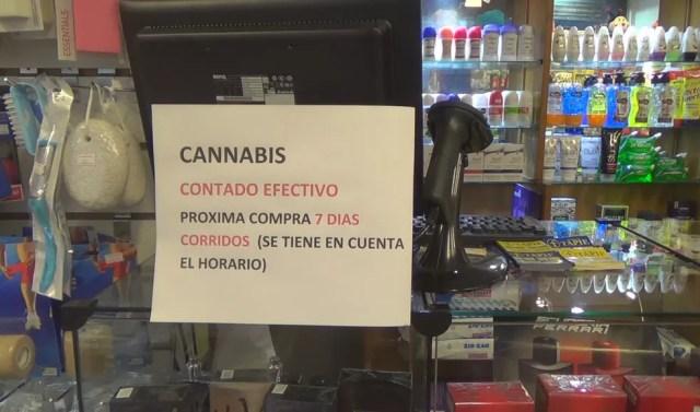 Aviso em farmácia no centro de Montevidéu explica que aceita apenas pagamento em dinheiro e que a próxima compra poderá ocorrer só em 7 dias (Foto: Carolina Dantas/G1)