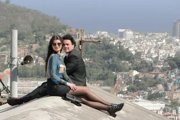 Alinne Moraes e Danton Mello no alto do Santa Marta (Foto: Fim do Mundo/TV Globo)