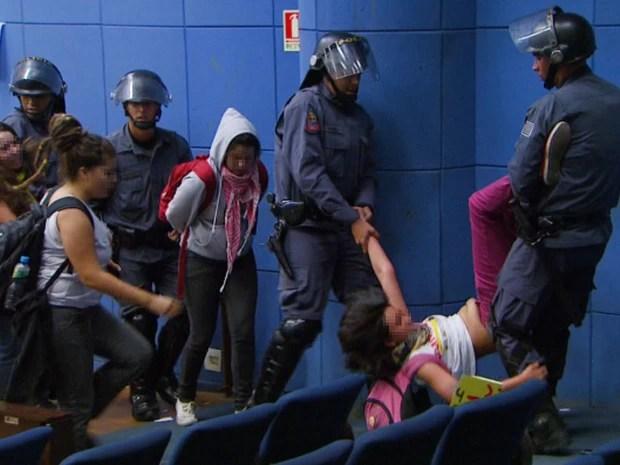 Manifestantes tiradas à força da Câmara de Campinas (Foto: Reprodução / EPTV)