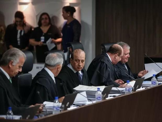 Sessão do Tribunal de Contas da União para análise das contas do governo federal em 2014 no plenário TCU, em Brasília (Foto: André Dusek/Estadão Conteúdo)