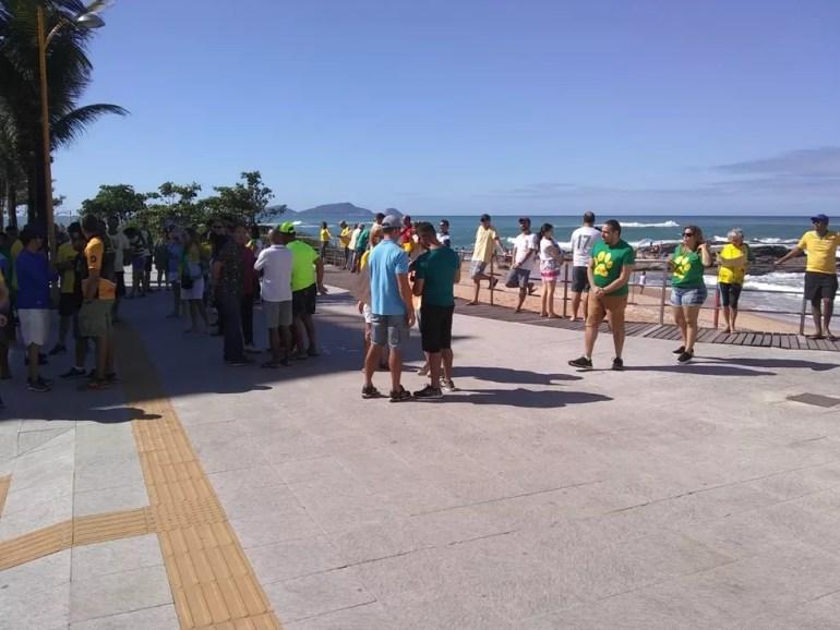 MACAÉ, 12h20: Grupo de manifestantes concentrado na Praia dos Cavaleiros neste domingo (26) — Foto: Divulgação/PM