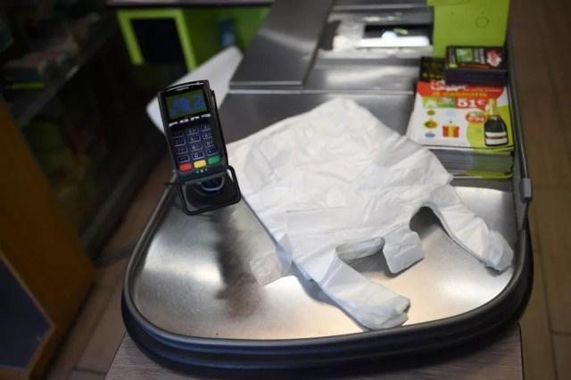 Sacolas plásticas em supermercado na Alemanha — Foto: Stephane de Sakutin/AFP
