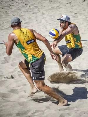 Alison e Bruno na etapa dos EUA do Circuito Mundial de vôlei de praia (Foto: FIVB/DIVULGAÇÃO)
