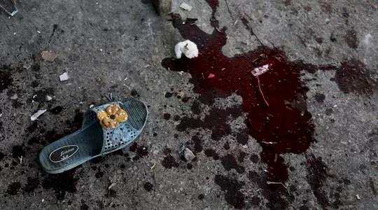 Mais vestígios da violência no pátio da escola (Foto: AP Photo/Adel Hana)