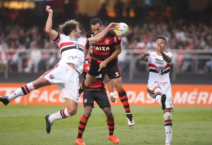 Leandro Damião cabeceia à queima-roupa e para em Denis (Foto: Gilvan de Souza/Flamengo)