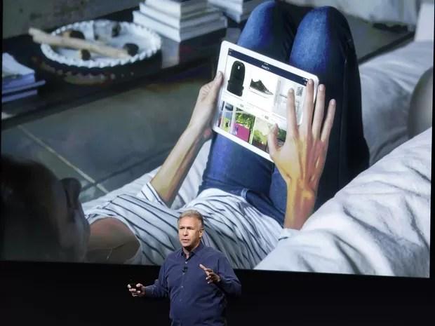 Phill Schiller, vice-presidente de marketing da Apple, apresenta os novos iPad Air 2 e o iPad mini Retina 2. (Foto: Marcio José Sanchez/Associated Press)