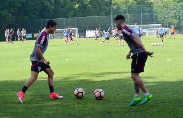 Araruna e Buffarini trabalharam com bola na manhã desta quinta-feira (Foto: Erico Leonan  / site oficial do SPFC)