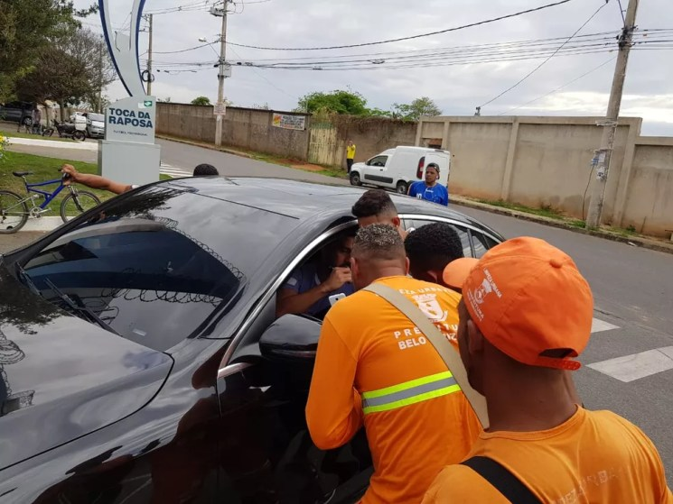 Lateral-direito Edilson, do Cruzeiro, parou para atender autografar camisa dos torcedores — Foto: Luiz Martini