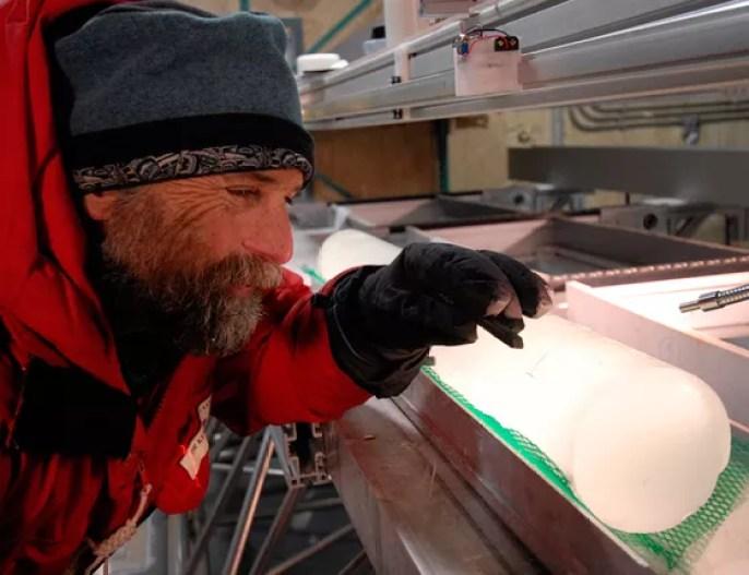 Pesquisador examina amostra de gelo da Antártica (Foto: divulgação Desert Research Institute)