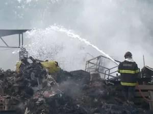 Corpo de Bombeiros combate incêndio em Vinhedo (Foto: Reprodução / EPTV)