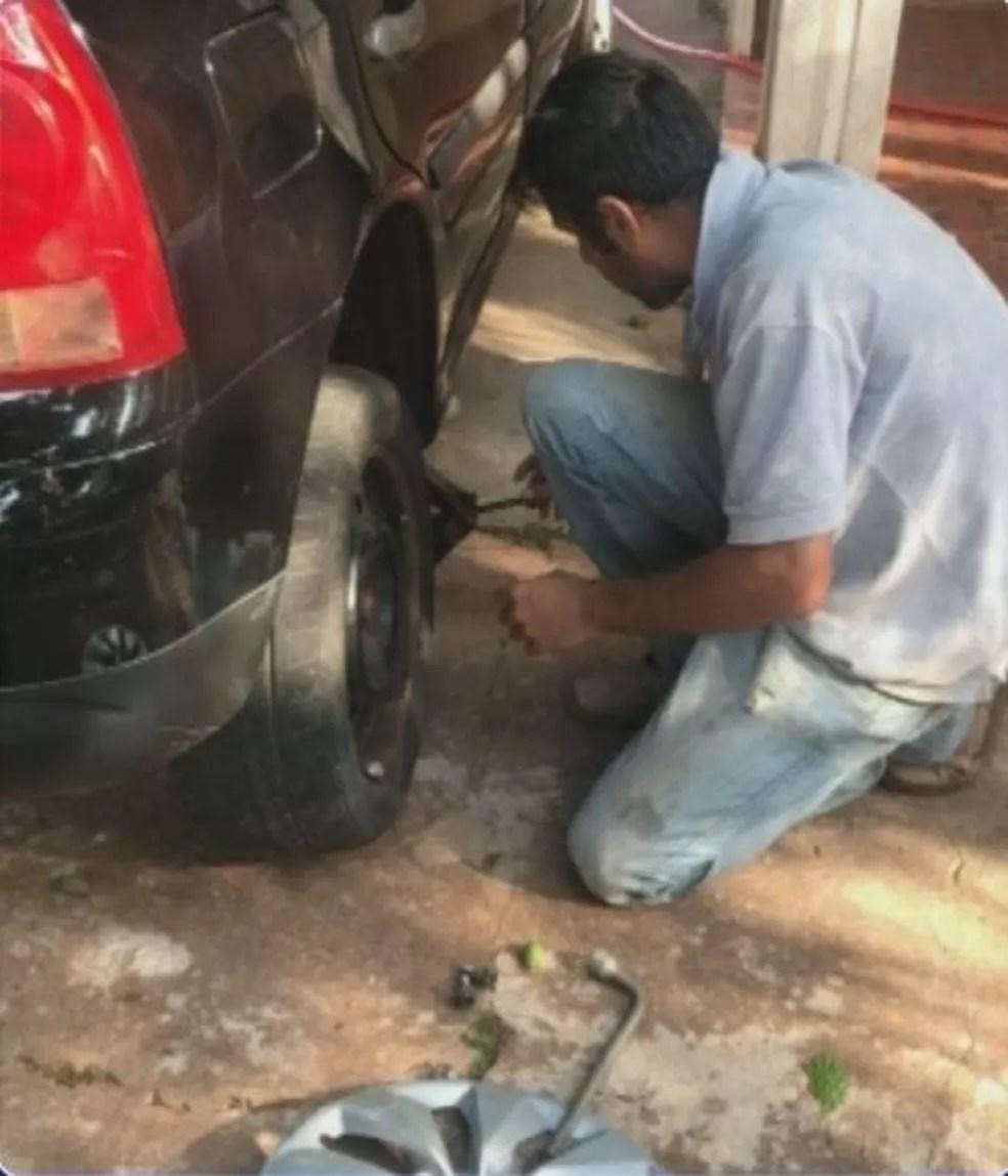 Mariana enviou a foto do Rodrigo trocando o pneu do carro em Bariri — Foto: TV TEM / Reprodução