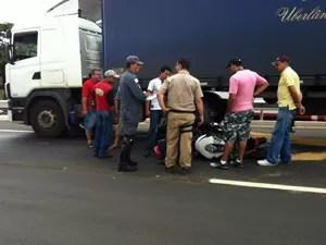 Motociclista foi arrastado 20 metros (Foto: Hismênia Keller/G1)