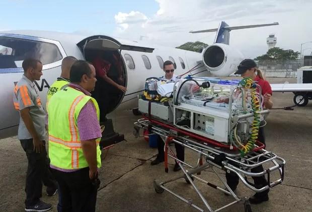 Em 4 de setembro, equipe se prepara para transportar bebê de Porto Rico a Miami  (Foto: Emily Morgan/AP)