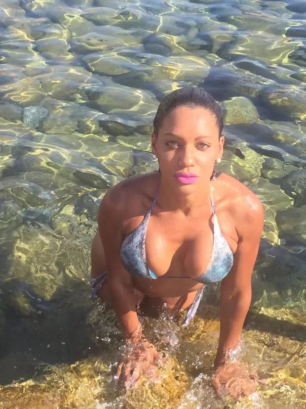 Ana Paula Evangelista curte praia em Ibiza (Foto: R2assessoria)