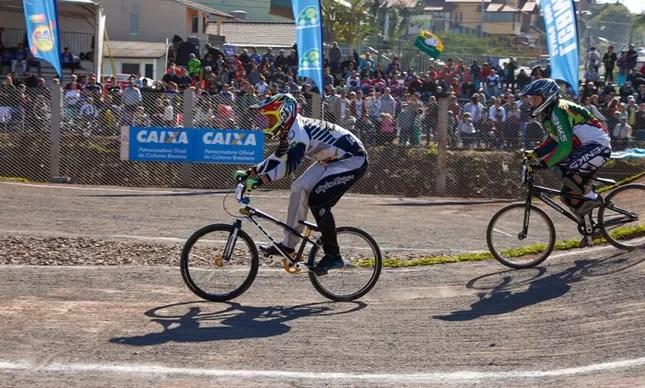 Atleta em ação na Copa Brasil de BMX