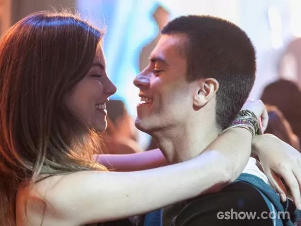 Bianca aproveita deixa de Karina para encontrar Duca (Foto: Inácio Morais / TV Globo)