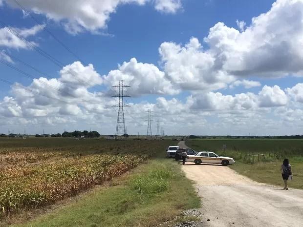 Polícia bloqueia acesso a local onde balão de ar quente caiu neste sábado (30) perto de Lockart, no Texas  (Foto: AP Photo/James Vertuno)