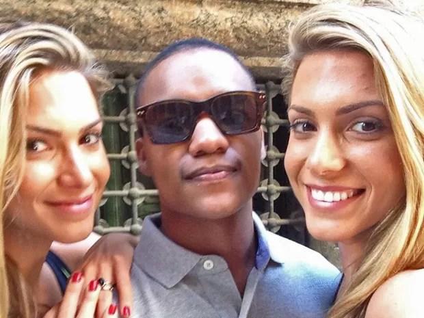Darlan Cunha posa com as gêmeas (Foto: Arquivo pessoal)