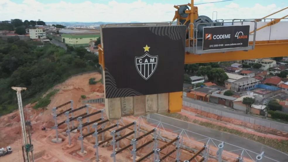Símbolo do Atlético em equipamento na Arena MRV — Foto: Globo