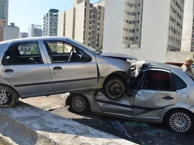 Acidente envolvendo dois carros que colidiram no Elevado Costa e Silva, Minhocão, em São Paulo (SP), na manhã desta terça-feira (11), deixa três feridos (Foto: J. Duran Machfee/Futura Press)