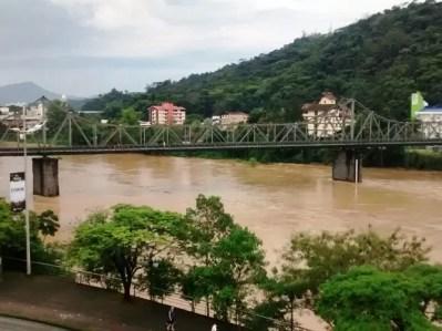 Chuva SC: nível do rio está acima do normal em Blumenau (Foto: Luis Salviato/RBS TV)