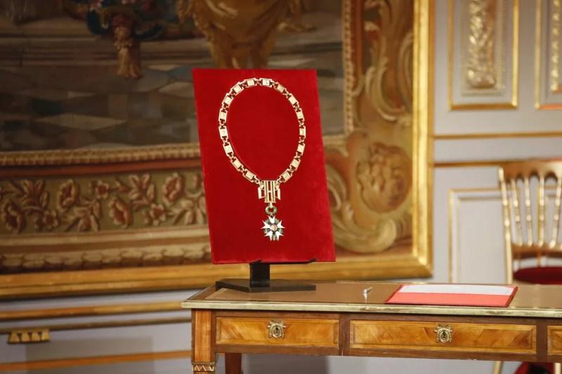 Colar de ouro de Grão Mestre da Legião de Honra com o qual Macron será condecorado presidente da França (Foto: Francois Mori/AP)