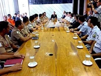 Governador em exercício do DF, Tadeu Fillipeli, se reúne com comissão de PMs e bombeiros (Foto: Isabella Formiga/G1)