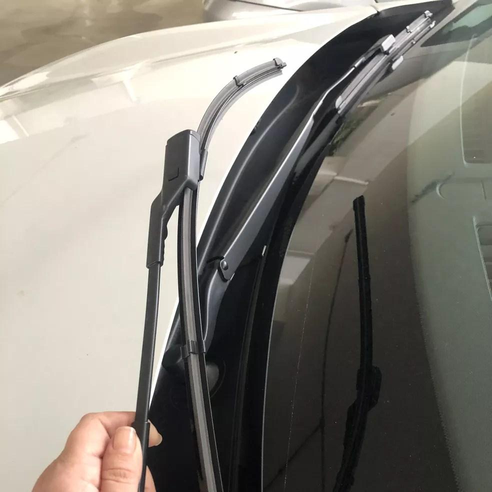 """Em muitos carros modernos não é possível erguer os braços dos limpadores sem colocá-los em """"modo de serviço/manutenção"""" — Foto: Autoesporte"""